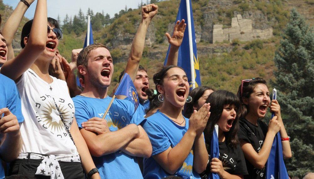 Anhänger von Premierminister Bidzina Iwanischwili während einer Wahlveranstaltung in der Bergabeiterstadt Tchiatura im Kaukasus.