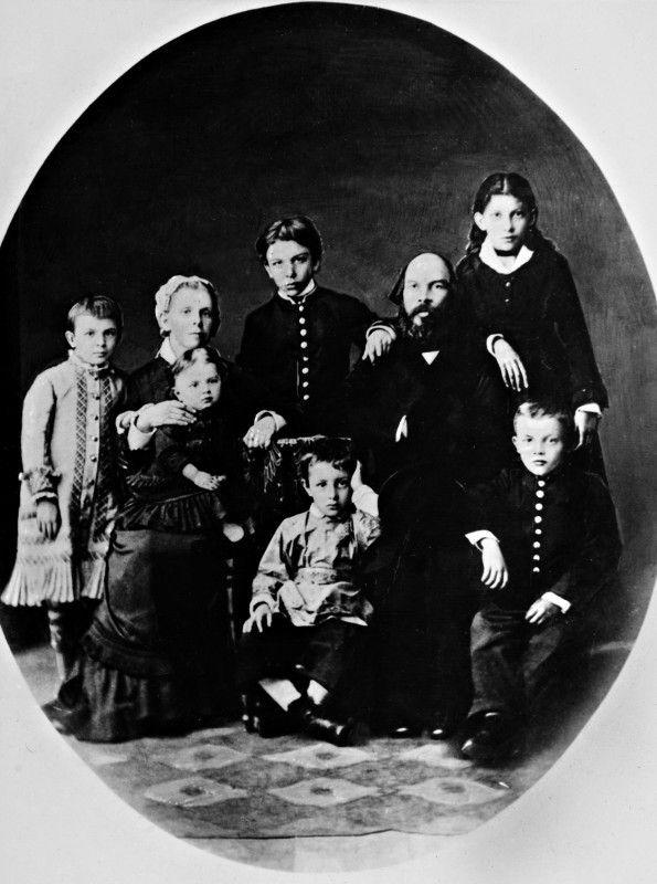 Lenin (vorn rechts) mit Eltern und Geschwistern.