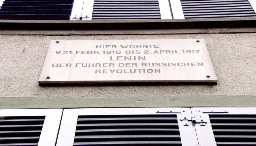 Exil in Zürich: Ein an der Hauswand angebrachtes Schild weist auf Lenin als ehemaliger Bewohner hin.