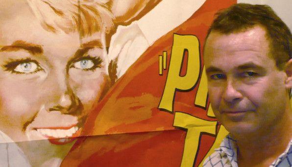 Sammler Anselm-Thomas Amelung vor einem Plakat seines Idols