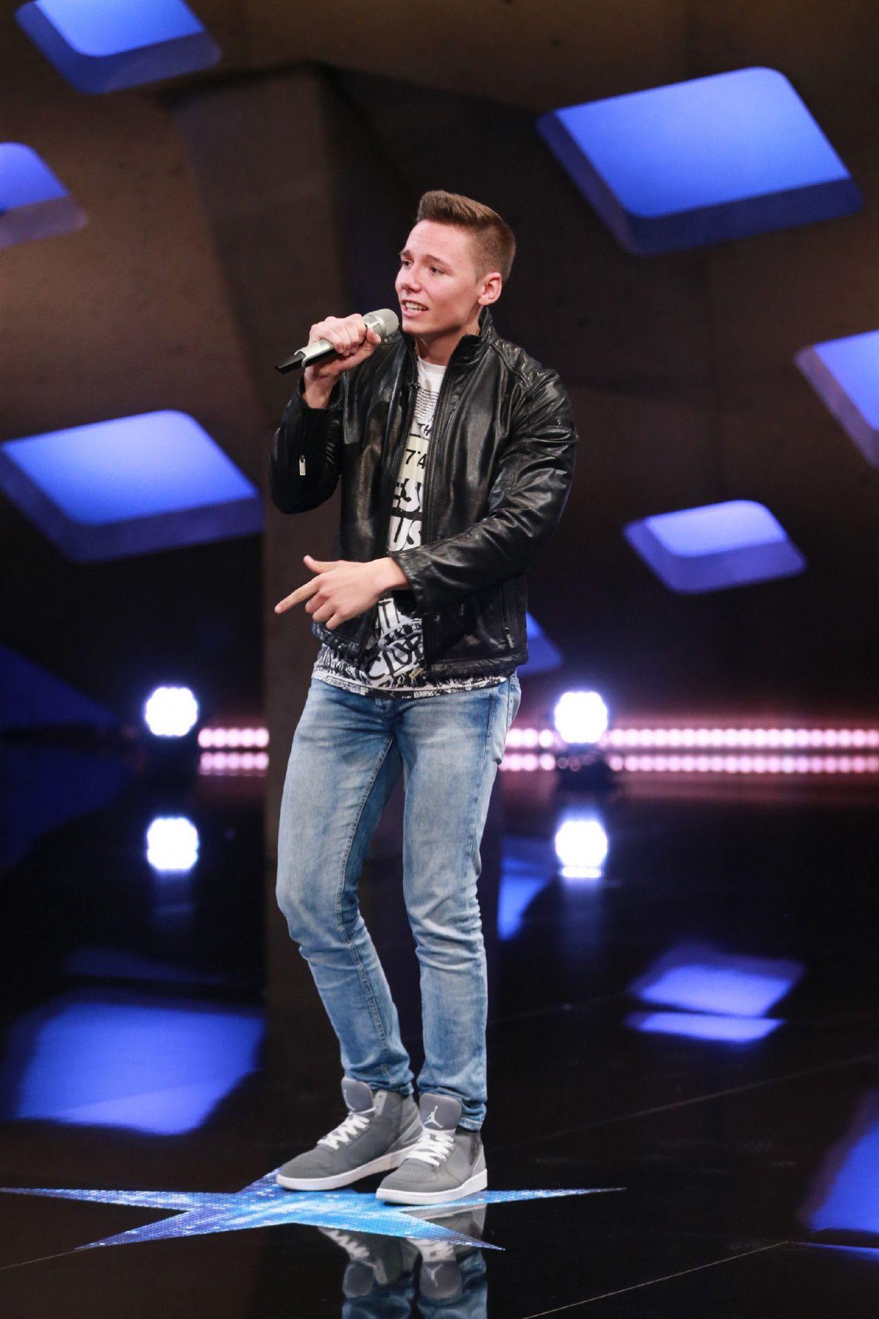 """Lehramts-Student Maximilian Peters präsentiert bei DSDS seinen eigenen Song """"Blick der Seele"""". <p>Alle Infos zu """"Deutschland sucht den Superstar"""" im Special bei <a href=""""http://www.rtl.de/cms/sendungen/superstar.html"""" target=""""_blank"""" rel=""""nofollow"""">RTL.de</a>.</p>"""