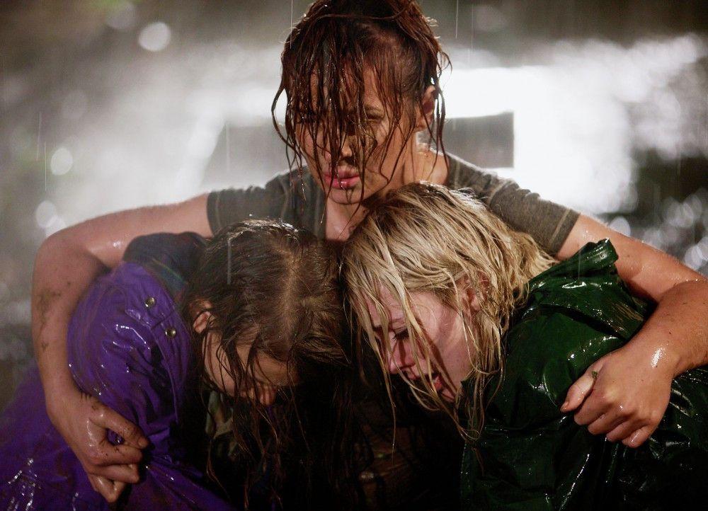 Verzweifelt versucht Cassie ihre beiden Töchter zu schützen : Maisie Lloyd als Amy, Kierston Wareing als Cassie, Skye Lourie als Hannah
