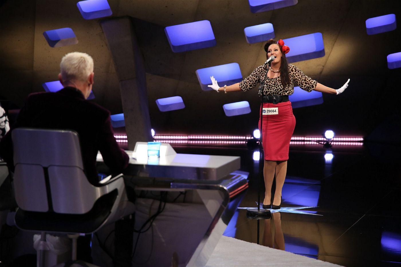 Die Jury staunt nicht schlecht als die attraktive Brünette in ihrem Swing-Pin-Up-Style vor sie tritt.