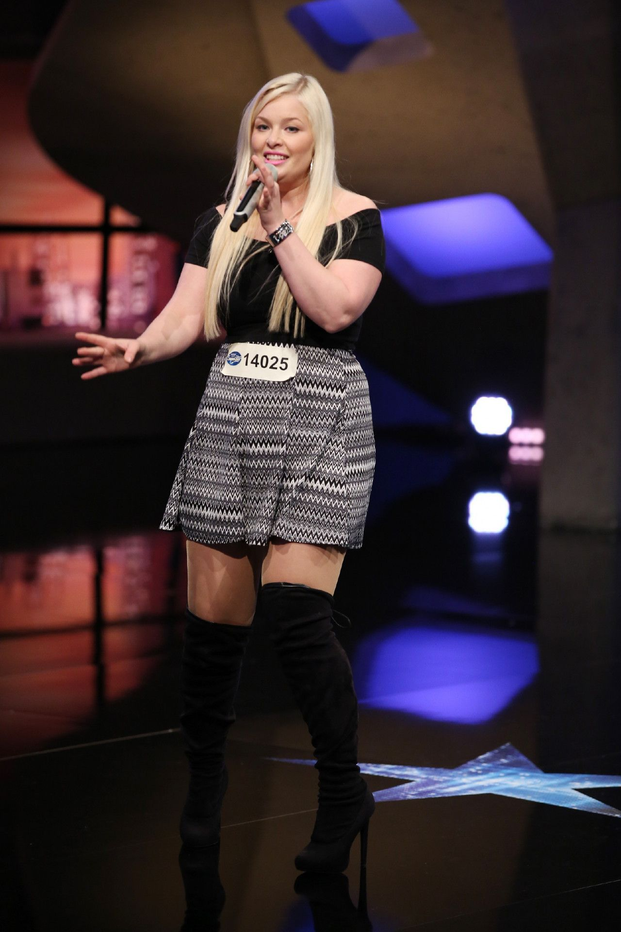 """""""Ich bin bei DSDS, weil ich kein 08/15-Leben will, weil ich singen kann, Musik meine Leidenschaft ist und ich den Dieter sehen will"""", so Jessica vor ihrem Auftritt."""