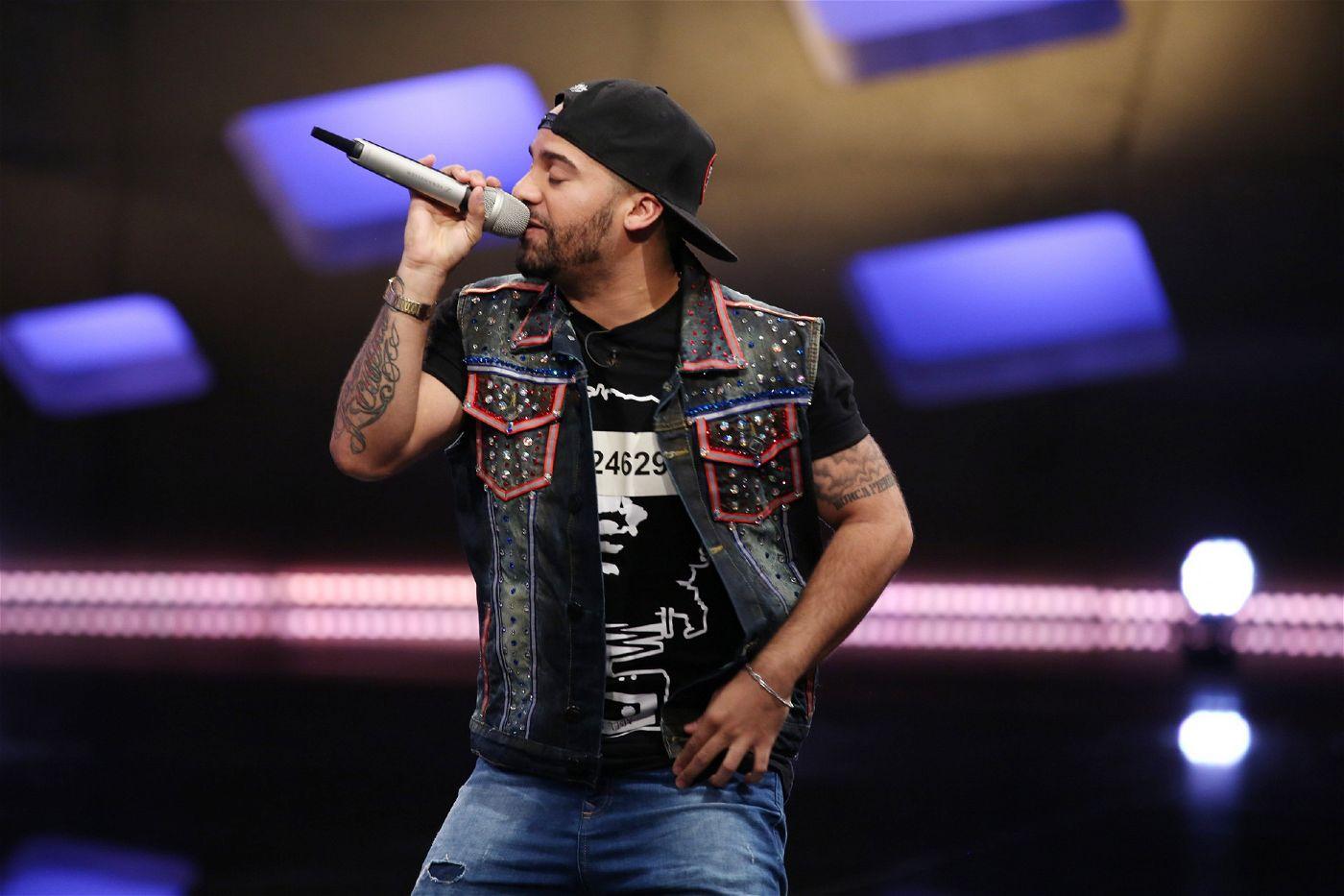 """Yeisenel """"Jason"""" Acosta Medina versucht es mit """"Easy"""" von Rapper Cro."""