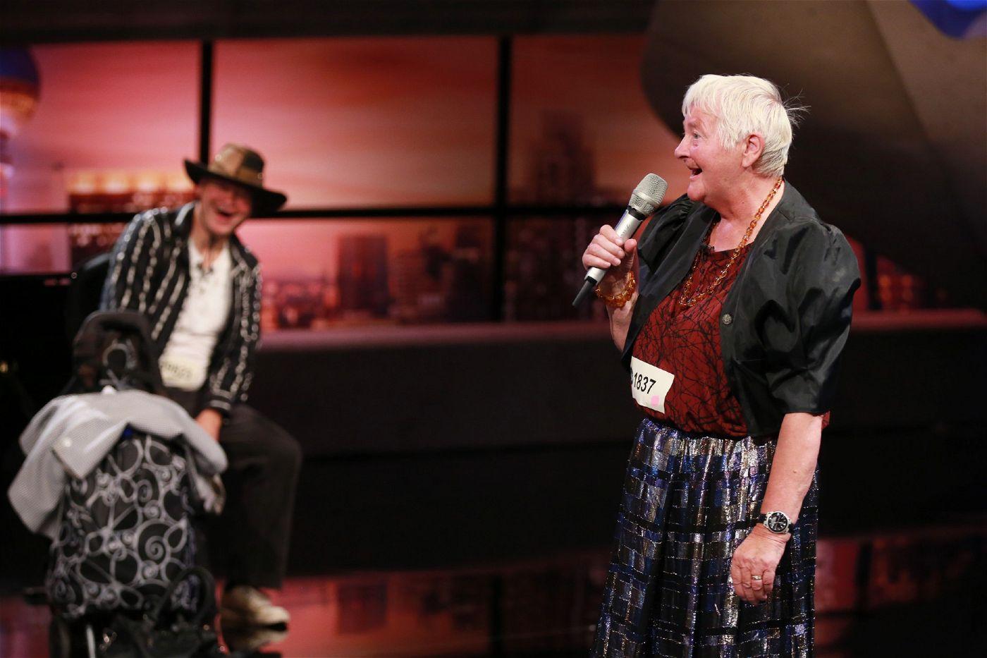 """Die 73-jährige Rentnerin startet erst mal alleine mit dem Schunkel-Lied """"Das alte Försterhaus"""" der Elstetaler Harmonikas."""