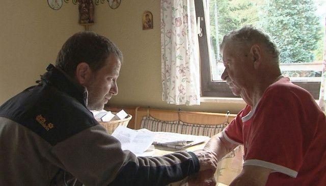 Der Landarzt Dr. Michael Rosenberger bei einem Hausbesuch. Vor allem die alten Menschen brauchen ihn.