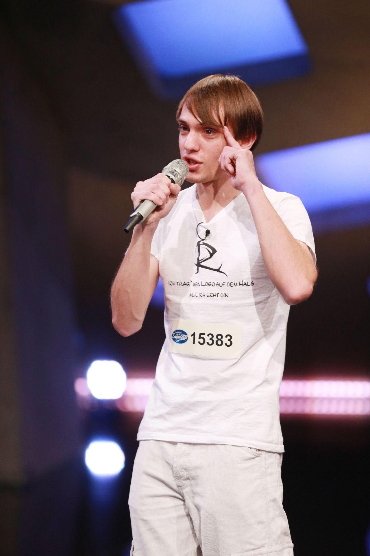 """""""Ich trage mein Logo auf dem Hals, weil ich echt bin"""", ist auf dem T-Shirt von Roy Drechsler zu lesen."""