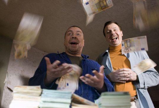 """""""Ein Schnitzel für drei"""" - Günther (Armin Rohde, l) überredet seinen Kumpel Wolfgang (Ludger Pistor) das Geld von Hermann als Gehalt zu betrachten."""