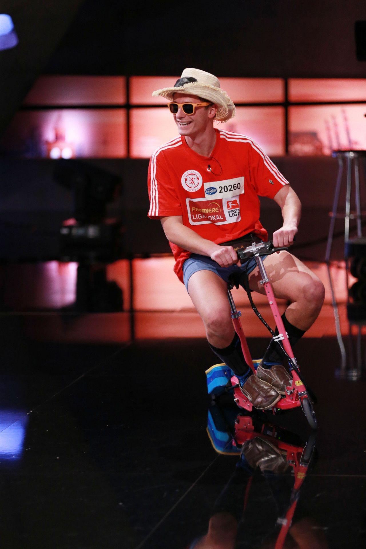 Mit dem Elektro Scooter kommt Chris vor die Jury gefahren.
