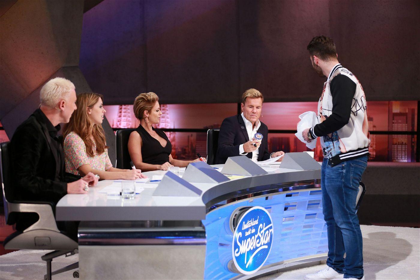 Um im Casting zu überzeugen, soll jedes Jury-Mitglied ein Wort auf einen Zettel schreiben.