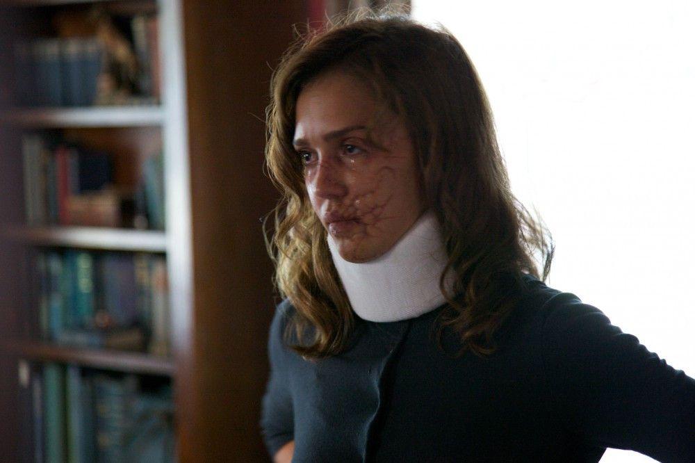 Joyce (Jessica Alba).