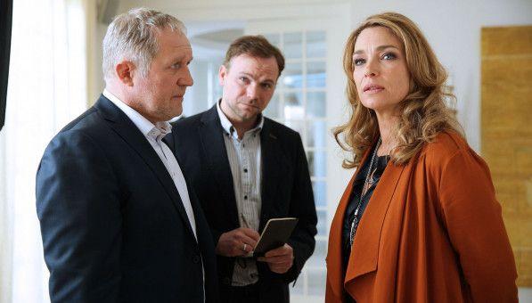 Thomas Stipsits (Mitte) ist eine Wucht. Der Kabarettist spielt Harald Krassnitzer und Aglaia Szyszkowitz in dieser Szene locker an die Wand.