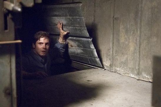 Daniel (Daniel Brühl) entdeckt geheime Tunnelanlagen unter dem Gelände der Colonia Dignidad – vielleicht eine Möglichkeit, aus dem Lager zu entkommen?