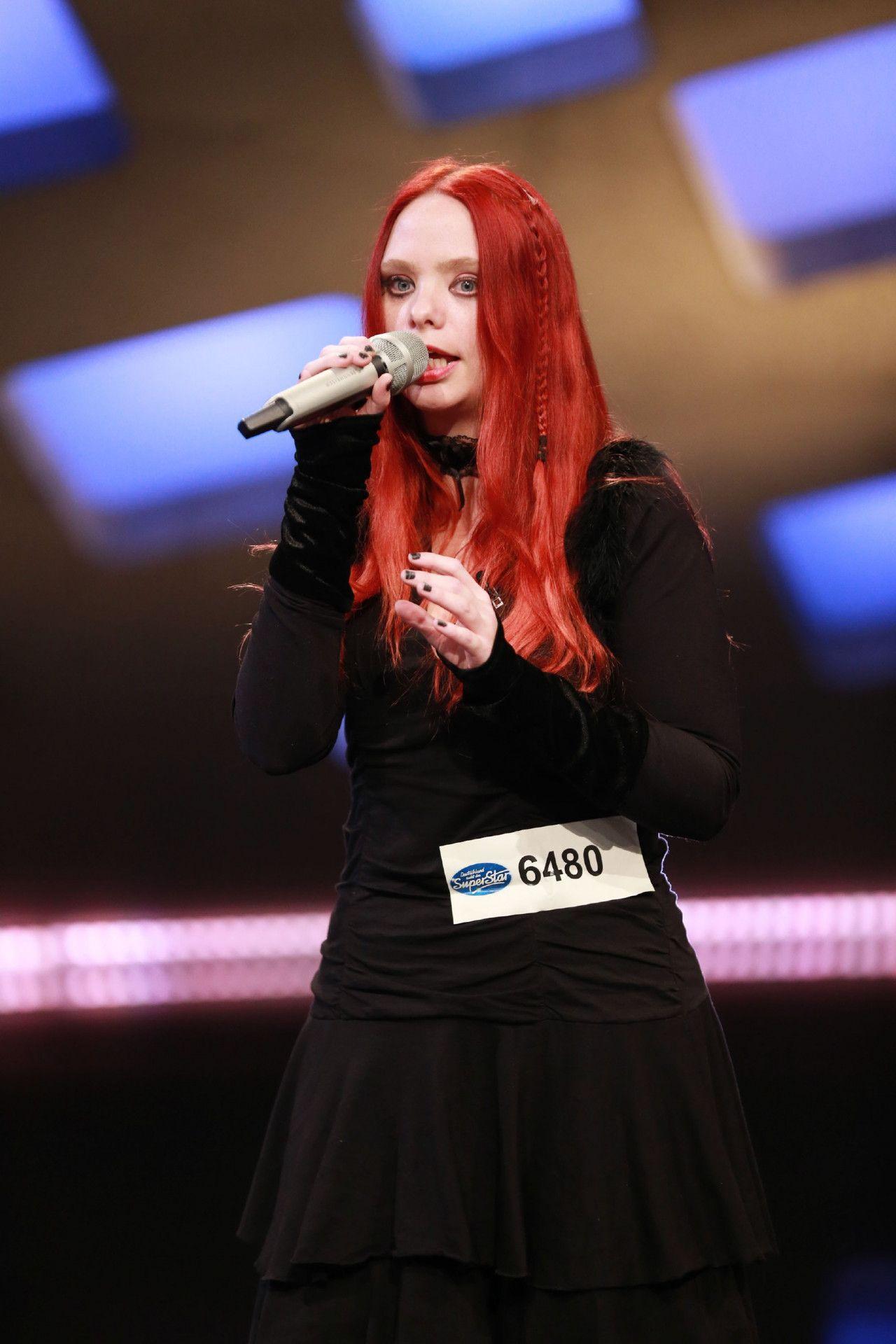 """Veronika Augustijn singt """"Feint"""" von Epica."""