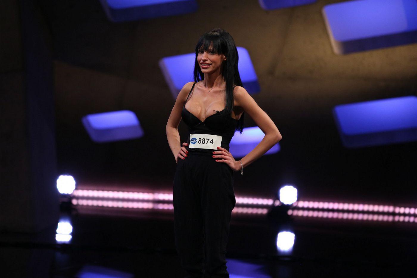 """Das möchte sie auch der Jury beweisen mit """"Ven conmigo"""" von Christina Aguilera und """"Stark"""" von Ich + Ich."""