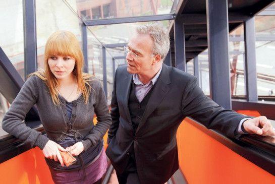 Erzählen Sie mir von Stefan! Ballauf (Klaus J. Behrendt) mit der Freundin (Jasmin Schwiers) des Opfers