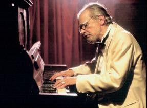 Fristet eine unscheinbares Leben als Barpianist:  Alberto Rossel (Serge Reggiani)