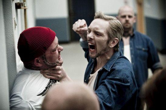 Max Kessler (Jens Andersen) bedroht einen Mithäftling