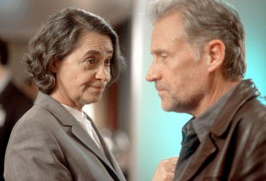 Polizeipsychologin Sever (Monica Bleibtreu) beruhigt Casstorff (Robert Atzorn)