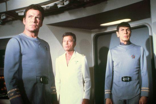 Ist das die Energiewolke?, fragen sich Kirk (William Shatner), Pille (DeForest Kelley, M.) und Spock (Leonard Nimoy)