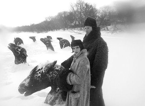 Surrealistisch: im Winter 1929 ragen aus einem Eisfluss gefrorene Pferdeköpfe