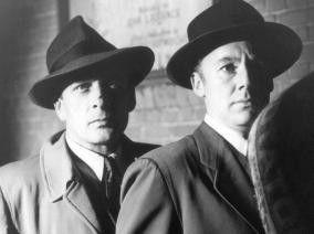 Ob wir dem Mörder auf der Spur sind? Van Johnson (r.) und Leon Ames