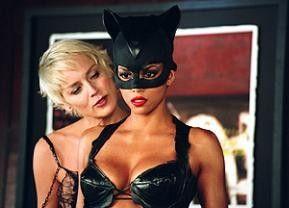 Na, das ist doch mal ein hübsches Kostüm! Sharon Stone (l.) und Halle Berry