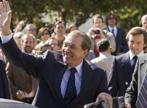 Noch wohlwollend beäugt: Der Ex-Präsident (Frank Langella) und der Journalist (Michael Sheen, im Hintergrund, r.)