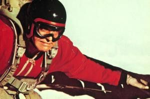Burt Lancaster rast als Fallschirm-Artist dem  Erdboden entgegen