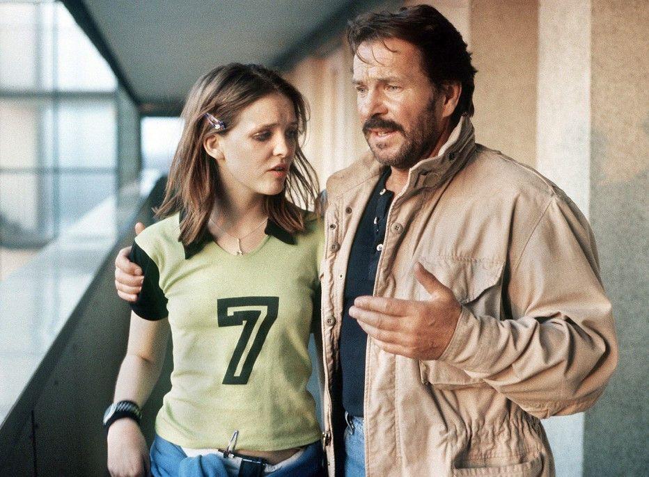 Thanners Tochter Nina (Laura Tonke) sucht Schutz bei Schimanski (Götz George)