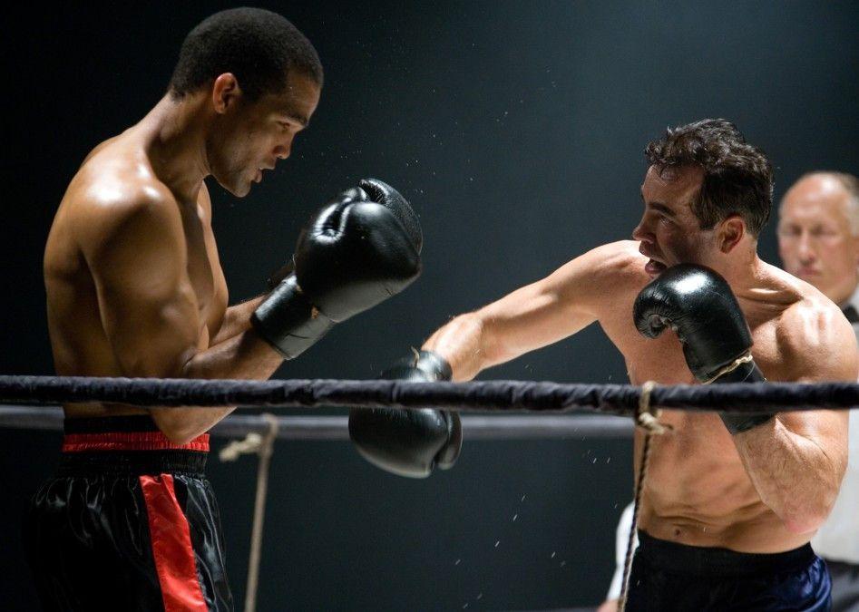 Gleich gibt's was auf die Zwölf! Yoan Pablo Hernandez (l.) und Henry Maske als Joe Louis vs. Max Schmeling