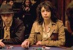 Mathilde (Adrienne Pauly) verfällt der Pokersucht immer mehr