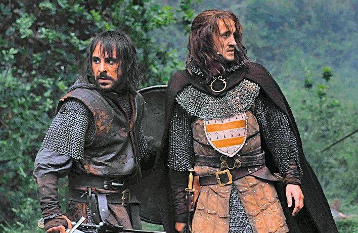 Vicomte Roger Trencavel (Tom Felton, r.) und Guilhem du Mas (Emun Elliot) ziehen in die Schlacht