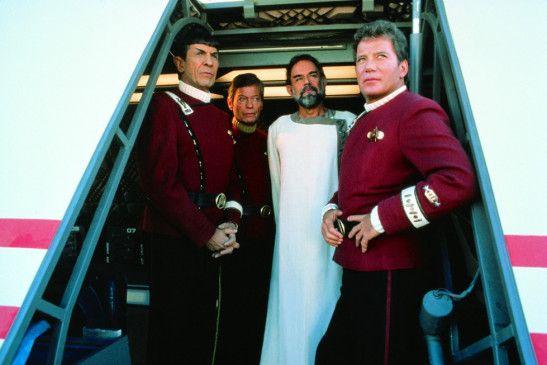Das Team um Kirk (William Shatner, r.) droht ins schwarze Loch der Lächerlichkeit zu stürzen