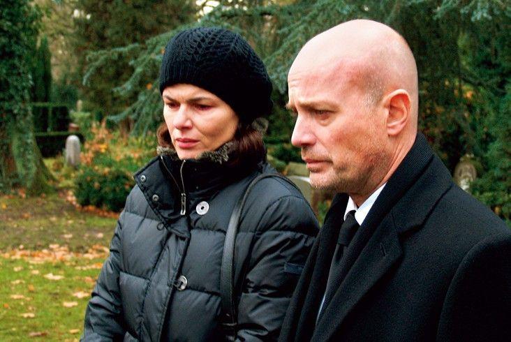 Die geschockten Eltern (Christian Berkel, Barbara Auer) am Grab ihres getöteten Sohnes
