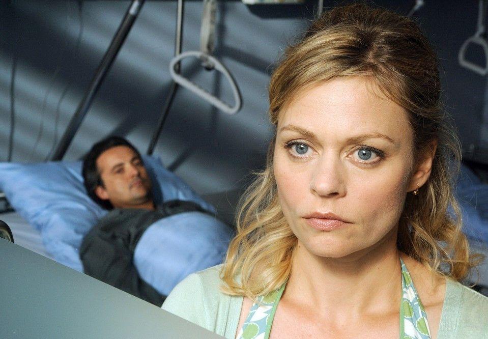 Karen (Susanna Simon) besucht Rune (Harald Schrott) im Krankenhaus