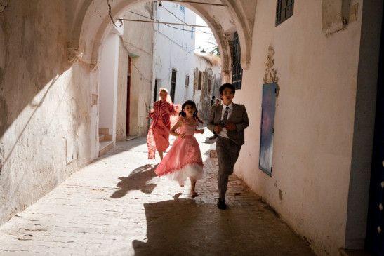 Hanne (Karina Smulders) flüchtet mit ihren Kindern Bibi (Fiona Livingston) und Azim (Jurgen Bogaert) durch die Gassen von Damaskus