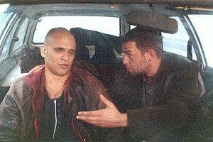 Nebojsa Glogovac und Ivan Jeftovic (l.) überlegen, wie sie aus Belgrad entkommen können