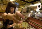 Gleich wird geballert! Alicia Keys als schmucke Killerin