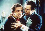 Ludwig (O. W. Fischer, r.) muss mit ansehen, wie sein Bruder Otto (Klaus Kinski) dem Wahnsinn verfällt
