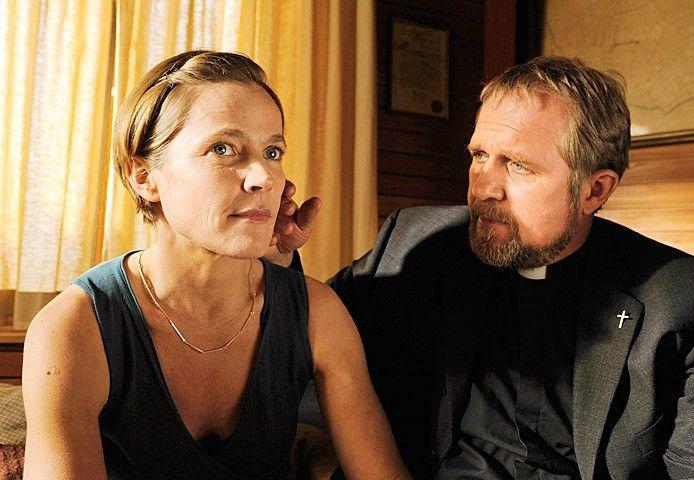 Sie müssen ihre Liebe geheim halten: Conrad (Harald Krassnitzer) und Karin (Caroline Eichhorn)