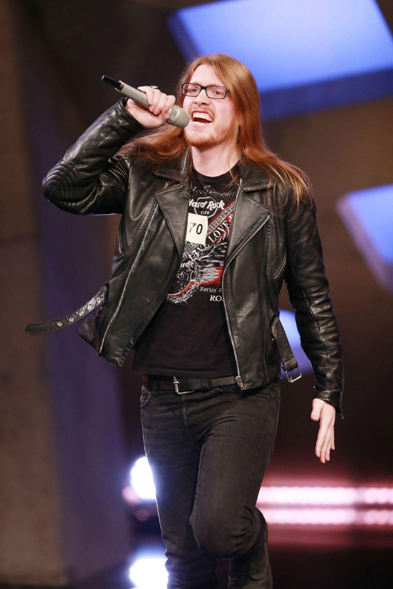 """Im Casting präsentiert Max den Song """"Centuries"""" von Fall Out Boy."""