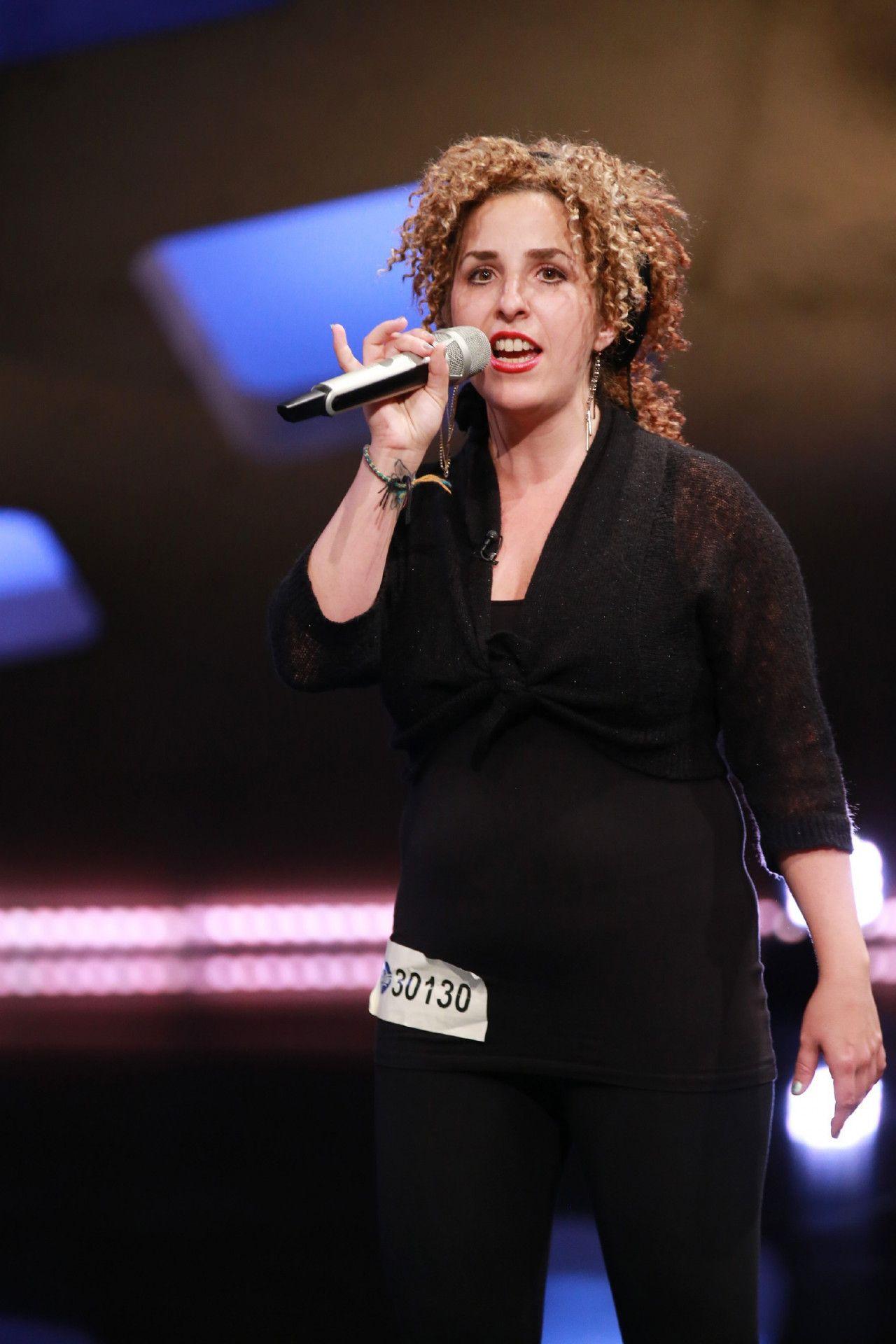 """Sana Herzallah singt """"Show Me Love"""" von Robin Schulz."""