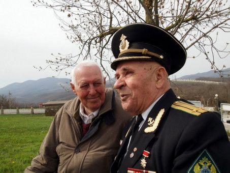 Hans Sucher, 87, mit mit einem Veteranen der Roten Armee in Novorossiysk.