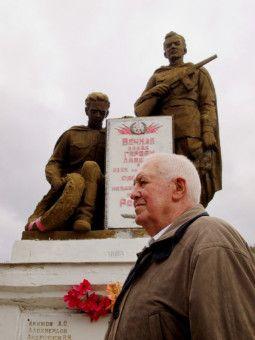 Hans Sucher, 87, bei Dreharbeiten in Novorossiysk, der Hafenstadt am Schwarzen Meer. Er war 18 Jahre alt, als er 1943 hier als Gebirgsjäger schwer verwundet wurde. Denkmäler erinnern bis heute an die verlustreichen Kämpfe um die Stadt, nach 1945 eine der Heldenstädte der Sowjetunion.