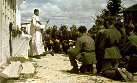 Eine Feldmesse der Deutschen Wehrmacht an der Ostfront.
