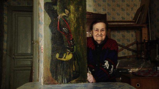 Lenina Dmitrievna mit einem ihrer Gemälde