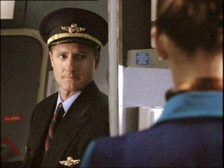 Der arrogante Captain Jack Brooks (Kevin Jubinville) macht es der Crew und den Passagieren mit seiner herablassenden und überheblichen Art nicht eben angenehmer, den unruhigen Flug mitten durch eine Schlechtwetterfront zu ertragen.