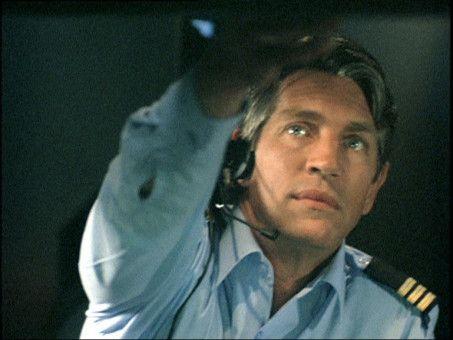 Mike Hogan (Eric Roberts) muß die beschädigte Maschine durch einen gewaltigen Sturm manövrieren.